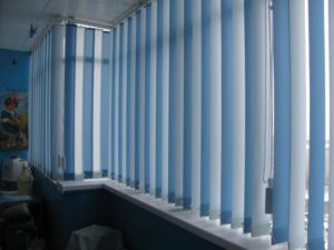 вертикальные синие жалюзи