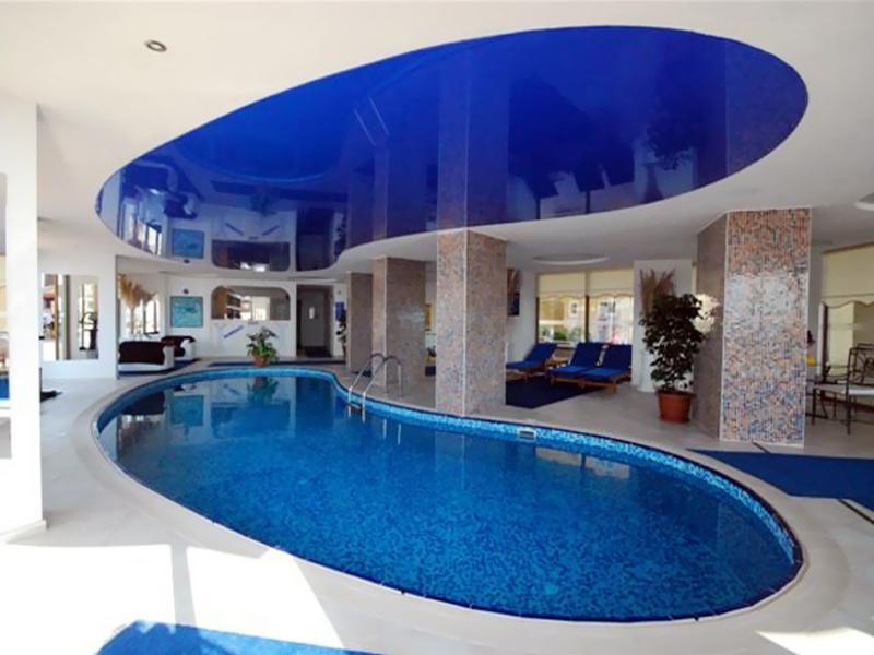 Натяжные потолки в бассейн
