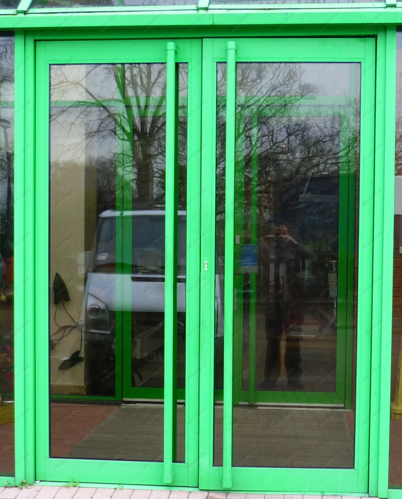 входные двери в магазине